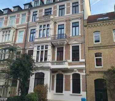 Exklusive, großzügige 5-Zimmer-Altbauwohnung mit 2 Balkonen, EBK und großer Terrasse in der Oststadt
