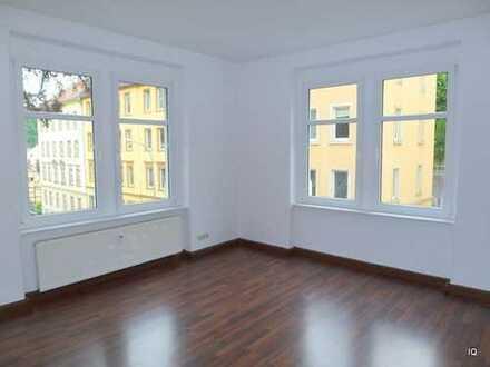 Ab März 2020: Freundliche 3-Zimmer-Wohnung mit dunklem Laminatboden & separater Küche