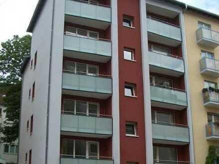 Nordend, nahe Holzhausenpark: 2 Zimmerwohnung mit Terrasse, Parkett, Einbauküche und Stellplatz