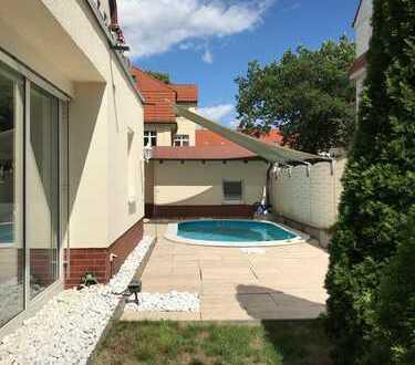 Wie im eigenen Haus! 5-Zi zum Wohnen u. Arbeiten mit Doppelgarage/Garten/Pool/FBH/Klima/Alarmanlage!