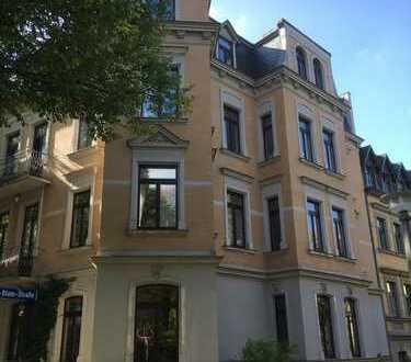 Tradition und Moderne: hochwertige 4-Raum-Wohnung mit Balkon, EBK und Badmöbeln in Halle
