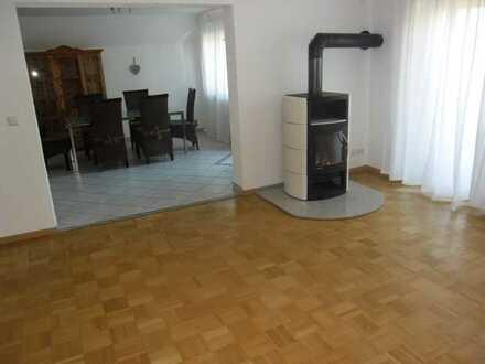 Vollständig renovierte Wohnung mit fünf Zimmern sowie Balkon und EBK in Obersulm