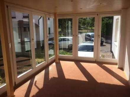 Schöne 4-Zimmer-Wohnung mit Wintergarten, Garten und Garage