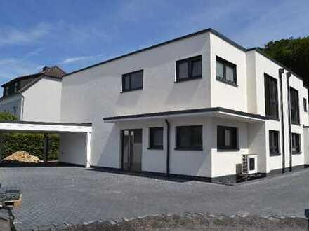 Neubau Doppelhaushälfte in Lohmar Ort zu vermieten. Modernste Technik und Sichtbetonelemente