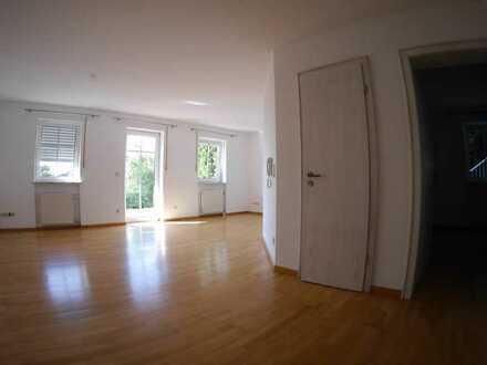 Gepflegte Terrassenwohnung mit zwei Zimmern sowie Terrasse und Einbauküche in Deggendorf
