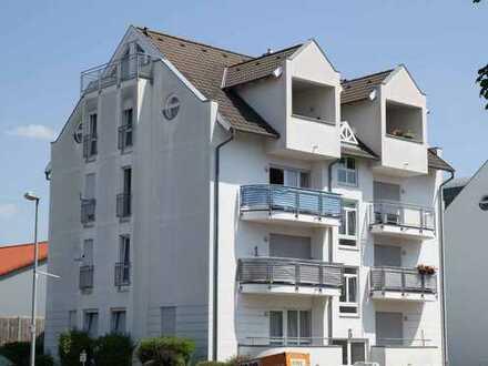 2-Zimmer Dachgeschosswohnung mit 2 Balkone, PKW-Stellplatz, in zentraler Lage