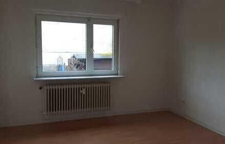 Modernisierte 3-Zimmer-Wohnung mit Balkon und Einbauküche in Bruchköbel mit Gartennutzung