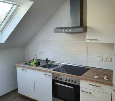 Sanierte 1-Zimmer-Dachgeschosswohnung,Küche Diele Bad mit Einbauküche in Neukirchen-Vluyn