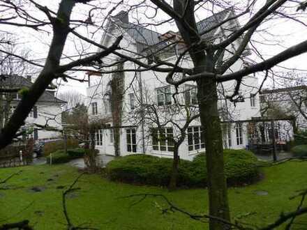 Sonnige 3 Zi Maisonette mit 2 Balkonen,Kamin & großzügiger Galerie auf Parkgrundstück in Blankenese