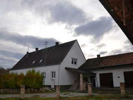 Renovierungsbedürftiges Einfamilienhaus auf großem Grundstück in Brunnen