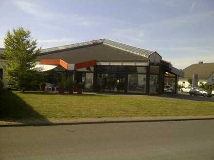 Modernes Autohaus mit Werkstatt und Lackiererei