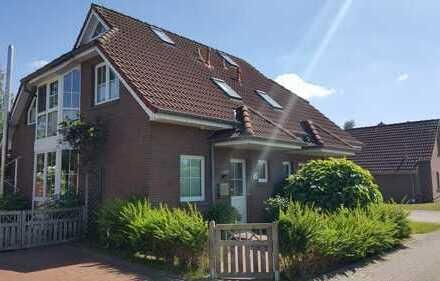 Möbliertes Ferienhaus direkt am Wasser mit Bootssteg und 300 qm Garten.