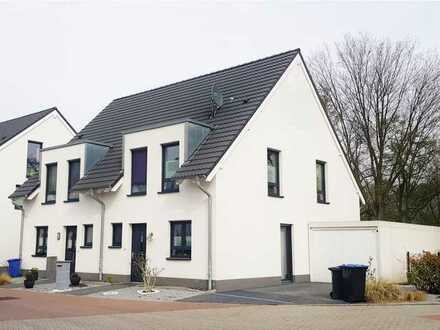 Gemütliche Einfamilien-Doppelhaushälfte auf großem Baugrundstück in reizvoller Lage! KfW 55!