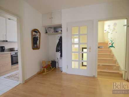 Sehr gepflegtes Zweifamilienhaus in zentraler Lage in Frankfurt-Nied
