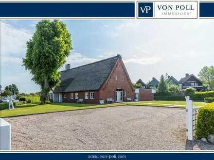 VON POLL Altenholz: Modernes, großzügiges, Mehrgenerationenhaus unter Reet