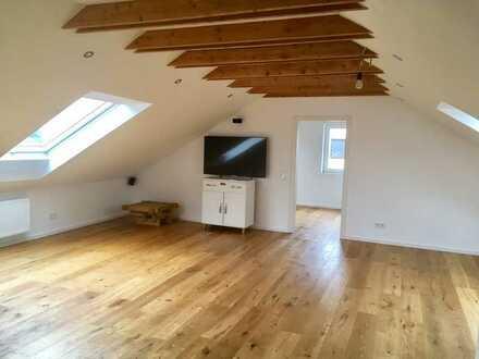 """Moderne 2-Zimmer-DG-Wohnung mit Einbauküche, Holzofen und """"Bath en Suite"""" in Steinhöring"""