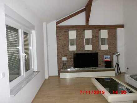 Hausverkauf mit zwei Wohnungen und Gewerbeanteil.