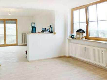 Sanierte 55 qm große 2-Zimmer Wohnung mit EBK und großen Balkon in ruhiger Lage Nähe Simssee