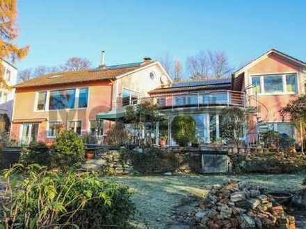 Lassen Sie den Blick schweifen: Einfamilienhaus mit ELW, Dachterrasse, Wintergarten & Traumausblick