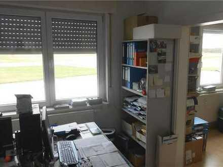 RE/MAX - Am Flugplatz: Büro/Praxis mit zwei Räumen und Dusche mit WC