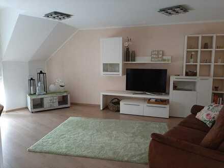 Ruhige 4-Zimmer-DG-Maisonette mit 2 Tageslichtbädern, EBK, Dachterrasse und Balkon in Hochheim
