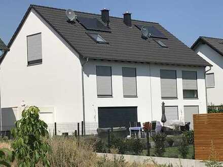 Neubau einer 7 m breiten attraktiven und modernen Doppelhaushälfte, 150 m² Wfl. inkl. 250 m² Areal
