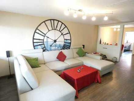 Modernisierte Wohnung im Altbau mit Loggia und eigenem Gartenanteil