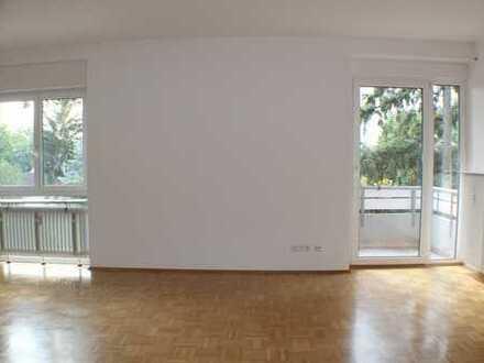 Helle gutgeschnittene 3-Zi-Wohnung mit Balkon und Einbauküche