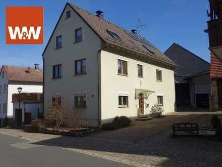 Zweifamilienhaus mit großem Scheunenanwesen und Garagen