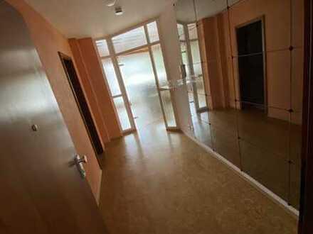 Lichtdurchflutete Dachgeschosswohnung mit großer Dachterrasse in einem Ärztehaus