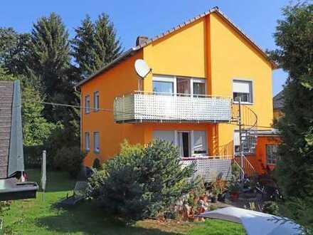 Außenfassade und Balkone erneuert! Ansprechendes Wohnhaus mit verlängerter Garage und Gartenhaus