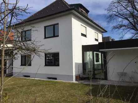 freistehendes und topgepflegtes Einfamilienhaus in Hadern, 6 Schlafzimmer, 4 Bäder, EBK, Sauna.
