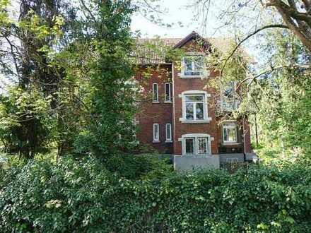 5 Zimmer Mietwohnung in einem 3- Fam. Haus – zentral – 2,80m Raumhöhe – Gartenmitbenutzung