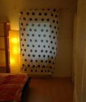 2 Zimmer zur Untermiete / 1 x Wohnzimmer und 1 x Schlafzimmer / möbliert