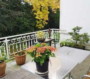 BIK: GROßZÜGIG UND HOCHWERTIG! Attraktive Altbau-Etage mit großem Balkon! Briller Viertel!