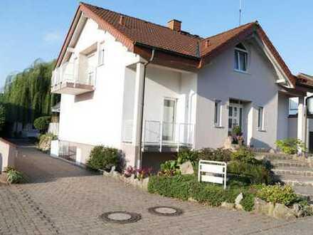 Exclusives Wohnhaus mit Halle im Gewerbegebiet