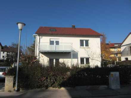 Gepflegte Hochparterre-Wohnung mit zweieinhalb Zimmern sowie Balkon und EBK in Engen