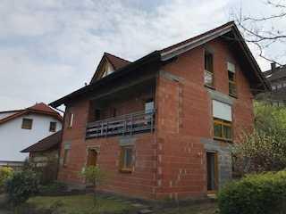 1-Familien-Wohnhaus mit Einliegerwohnung und Doppelgarage in ruhiger Wohnlage