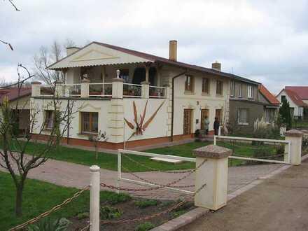Wohnung mit Carport, Garage und Garten inmitten der Mecklenburger Seenplatte