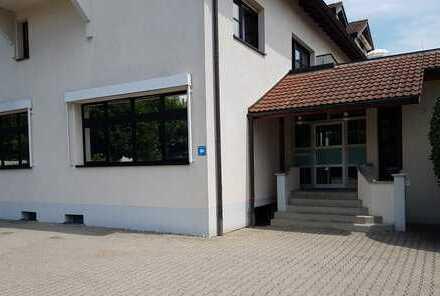 Modernes Großraumbüro, Besprechungsraum, Kantine, klimatisiert, Parkplätze