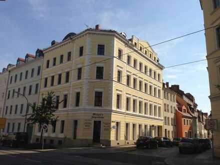 Altstadt: 2-Raumwohnung im Dachgeschoss mit Sichtbalken, offener Küche & Bad mit Wanne und Fenster!