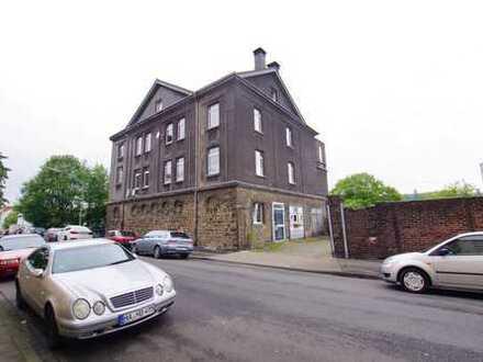 Älteres Vierfamilienhaus + Einfamilienhaus mit KFZ-Hobbywerkstatt, 9 Garagen, großem Carport