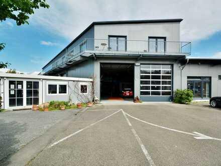 Repräsentative Ausstellungshalle mit Büros, Lager und Werkstatt auf ca. 9.500 m² Gewerbegundstück.
