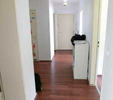 Geräumige 4 Zimmer Wohnung mit Balkon im EG!
