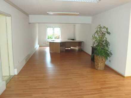 Preiswert! **Großzügige Gewerbeeinheit ( 413 m² ), bestehend aus mehreren Büro-/Lagerräumen**