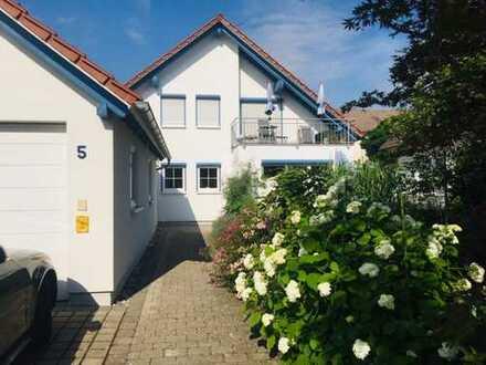 Erdgeschoss Wohnung mit Garten und Garage