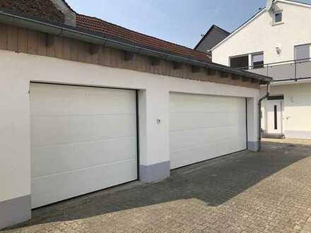 Garagenstellplatz für PKW in Doppelgarage mit Automatiktor