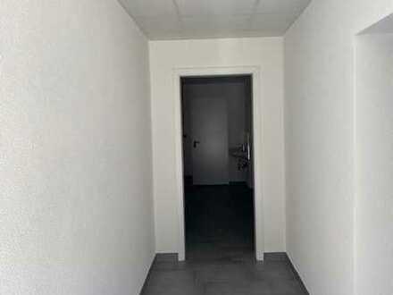 Neu renovierte Halle mit Büro, Aufenthaltsraum , WC, Dusche, Abstellräume