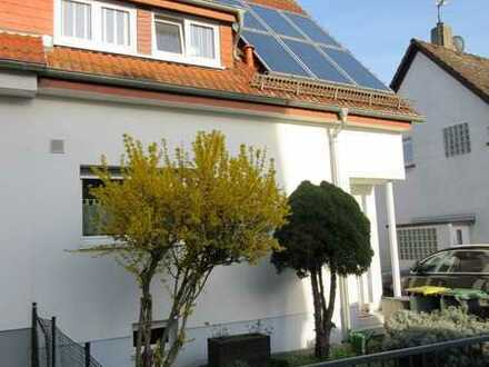 Gepflegtes DHH mit fünf Zimmern und EBK in Seckbach, Frankfurt am Main