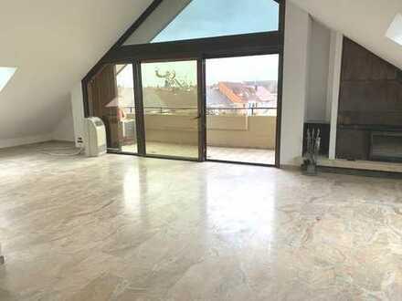 Lichtdurchflutete, umfangreich renovierte 3 - Zi- DG-Wohnung mit Terrasse, Balkon und Aufzug.